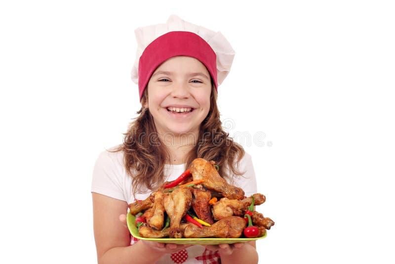Cocinero de la niña con el palillo de pollo imagenes de archivo