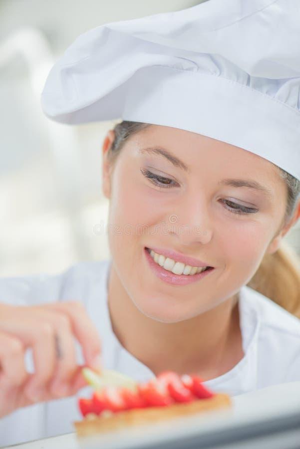 Cocinero de la señora en el trabajo foto de archivo