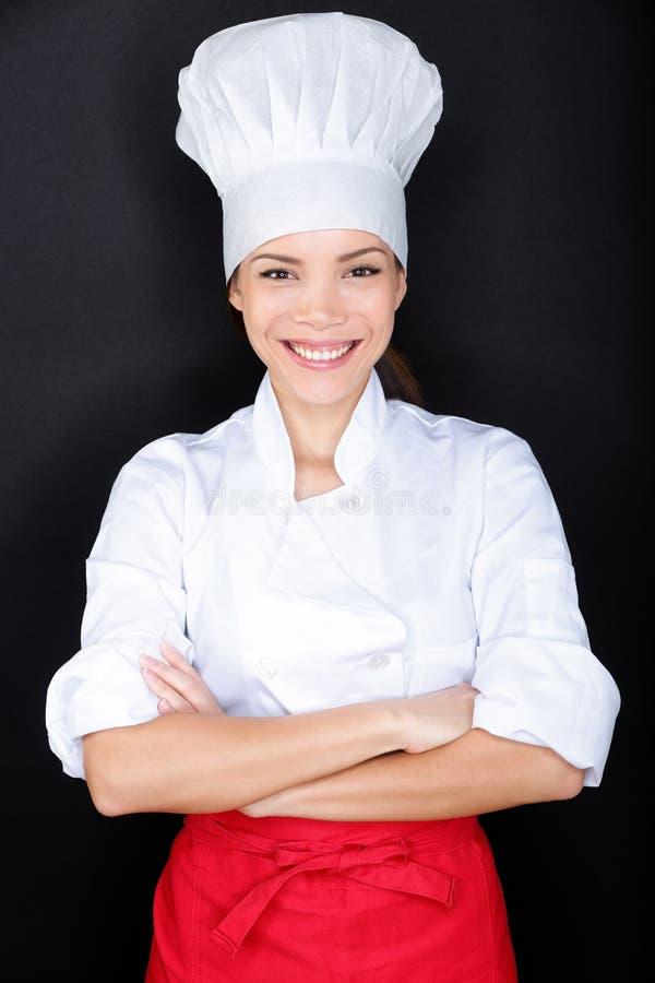 Cocinero de sexo femenino asiático en los blancos uniforme y sombrero del cocinero imagen de archivo libre de regalías
