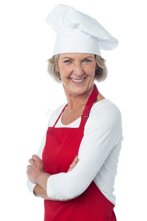 Cocinero de sexo femenino envejecido confiado alegre fotografía de archivo
