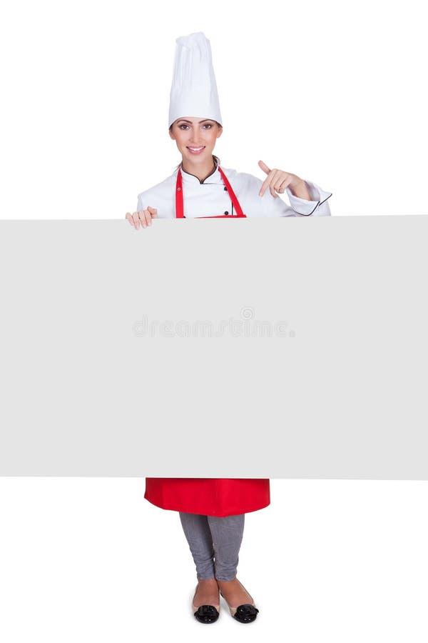 Cocinero de sexo femenino feliz Holding Placard imágenes de archivo libres de regalías