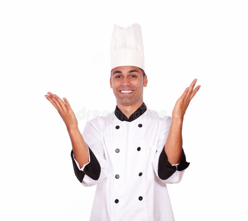 Cocinero de sexo masculino emocionado que se coloca con las manos para arriba imágenes de archivo libres de regalías