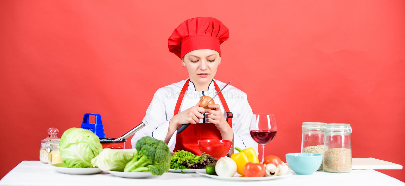 Cocinero del ama de casa que llora mientras que corta la cebolla Cebolla de la rebanada y de la tajada Ojos y rasgones de picadur fotos de archivo libres de regalías