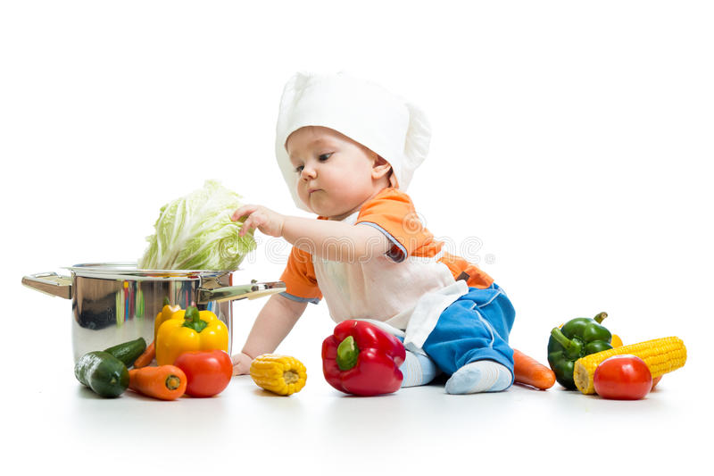Cocinero del bebé con las verduras y la cacerola sanas de la comida imágenes de archivo libres de regalías