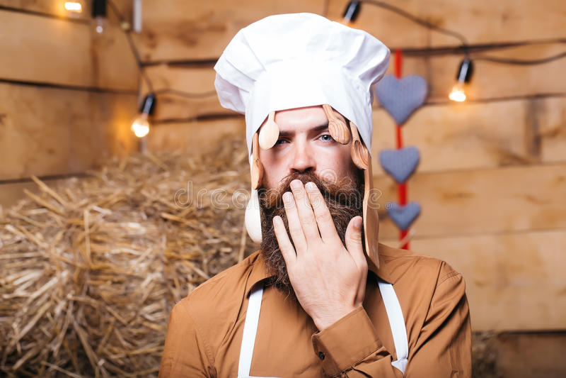 Cocinero del cocinero con las cucharas de madera imagenes de archivo