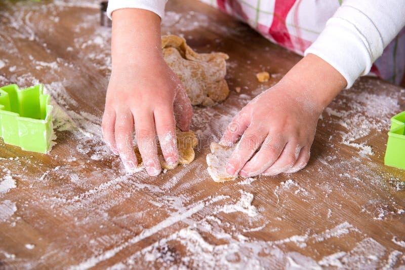 Cocinero del niño que prepara la pasta Las manos del cocinero de la muchacha del primer con la pasta y la harina, comida que prep imágenes de archivo libres de regalías
