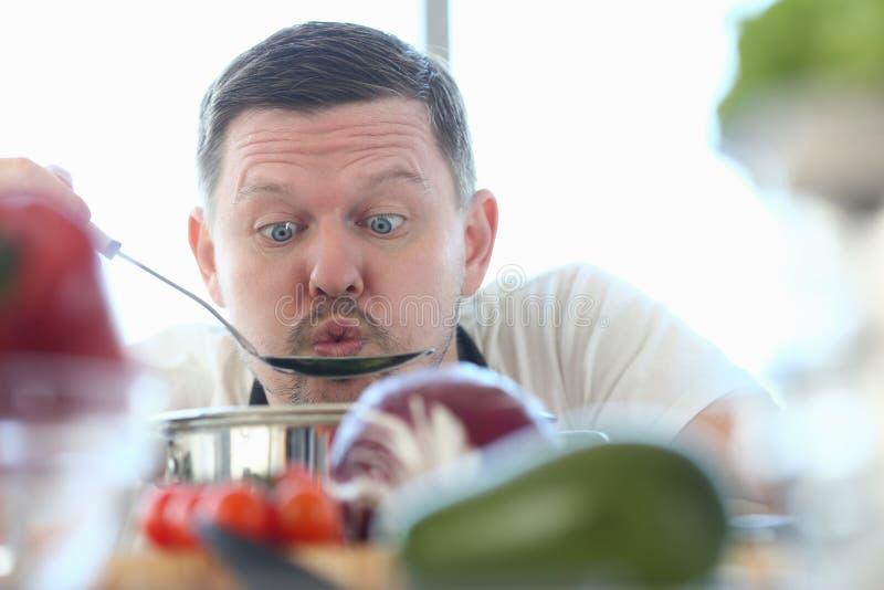 Cocinero divertido Blowing Kitchen Spoon de Vlogger de la cara foto de archivo libre de regalías
