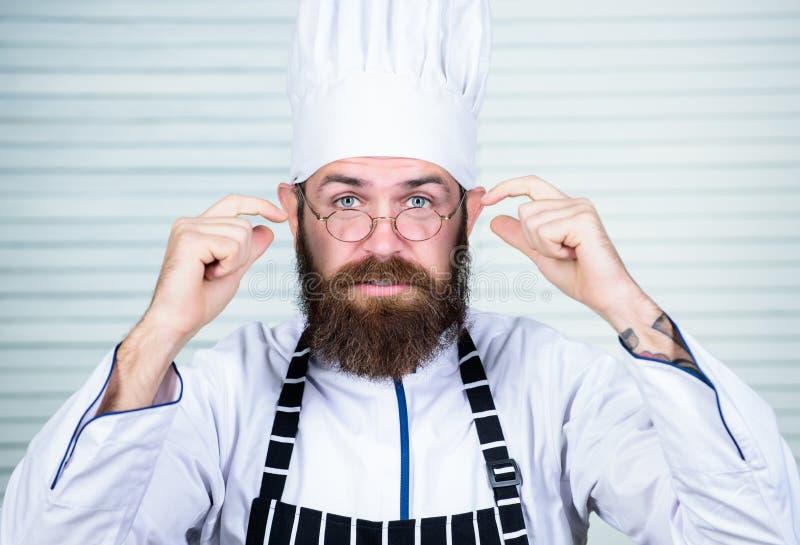Cocinero en el trabajo que comienza el cambio Individuo en cocinero listo uniforme profesional Concepto del maestro cocinero Culi imagen de archivo libre de regalías