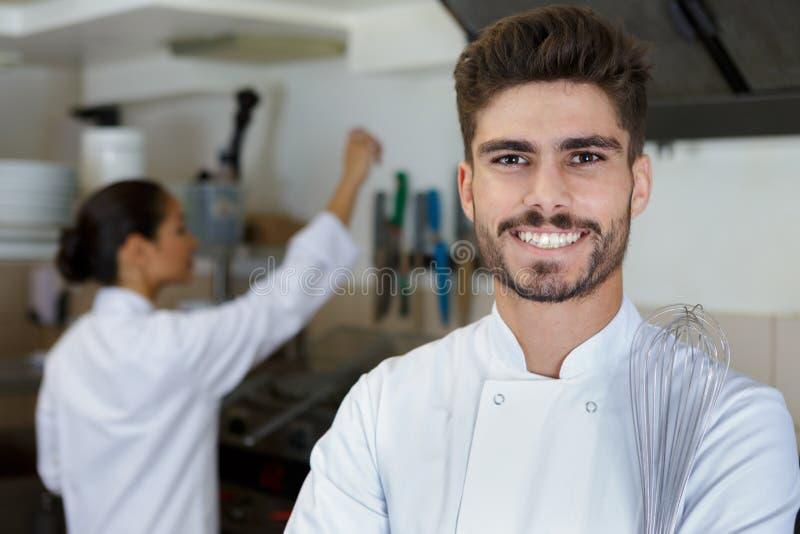 Cocinero feliz del cocinero en la cocina del restaurante fotos de archivo libres de regalías