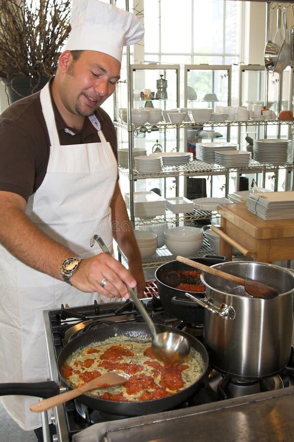 Cocinero italiano que cocina las pastas fotografía de archivo libre de regalías