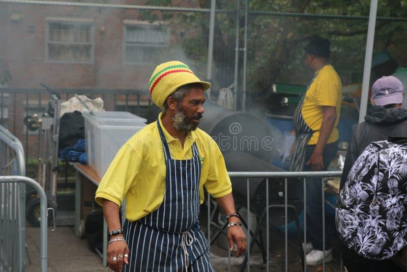 Cocinero jamaicano del carnaval de Notting Hill que cocina el pollo del tirón en mercado callejero de la comida fotos de archivo libres de regalías