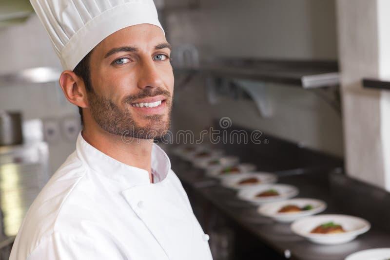 Cocinero joven alegre que sonríe en la cámara fotografía de archivo