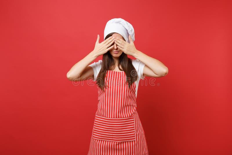 Cocinero o panadero de sexo femenino del cocinero del ama de casa en el delantal rayado, camiseta blanca, sombrero de los cociner foto de archivo