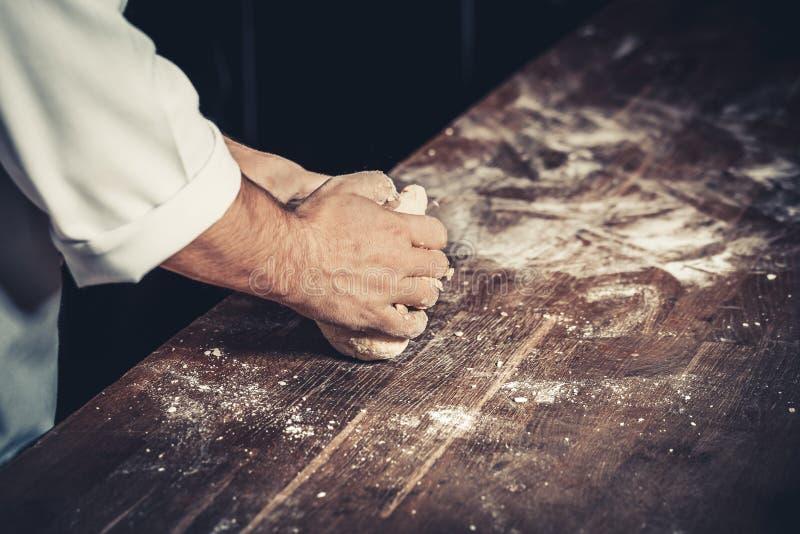 Cocinero ocupado en el trabajo en la cocina del restaurante fotografía de archivo