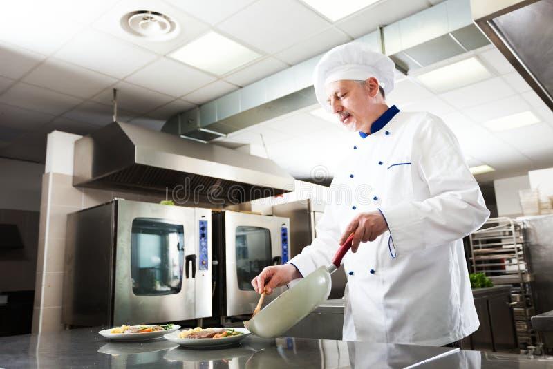 Cocinero profesional en el trabajo foto de archivo