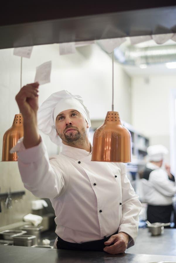 Cocinero profesional en el trabajo fotos de archivo libres de regalías