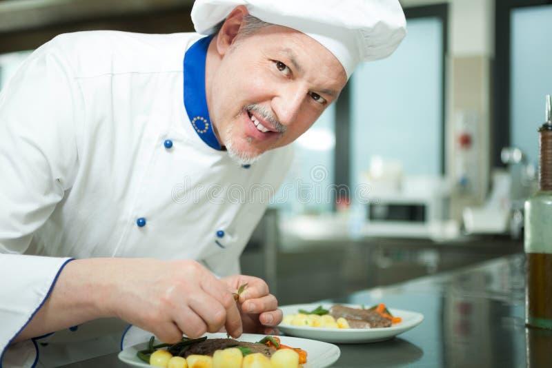 Cocinero que adorna un plato fotos de archivo libres de regalías