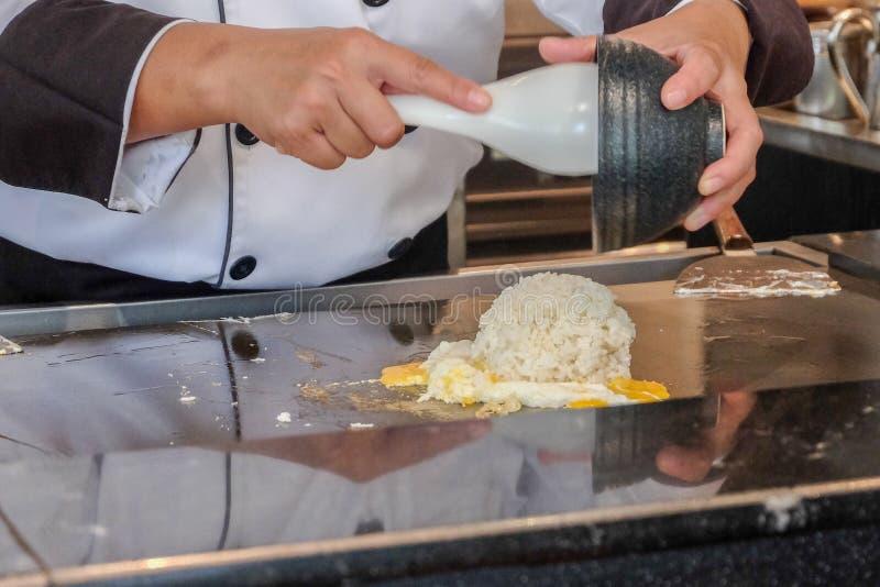 Cocinero que cocina con el huevo en la cocina fotografía de archivo libre de regalías