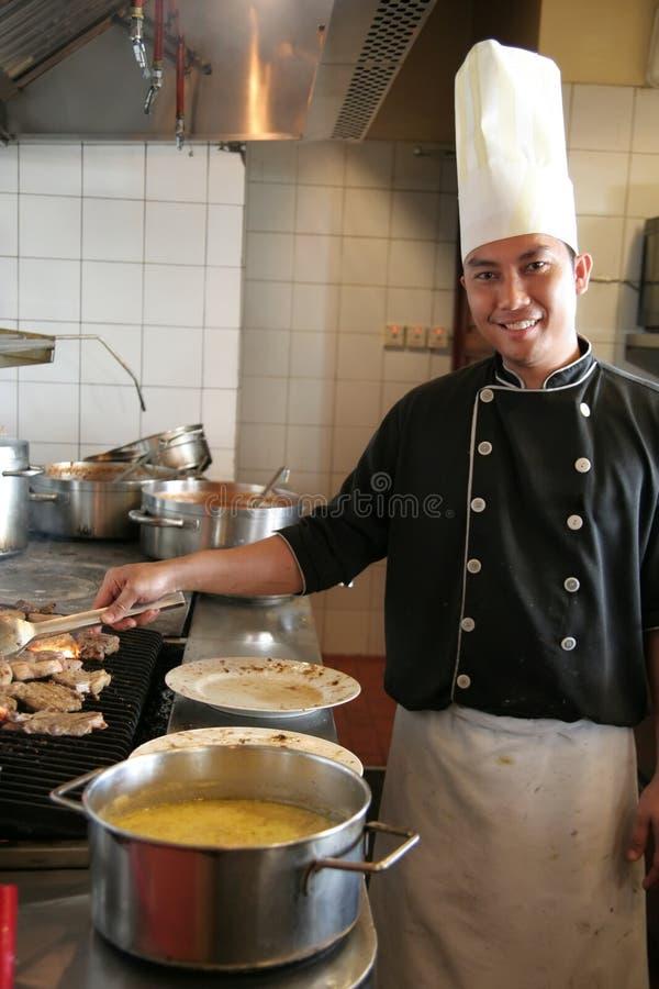 Cocinero que cocina el filete fotos de archivo libres de regalías