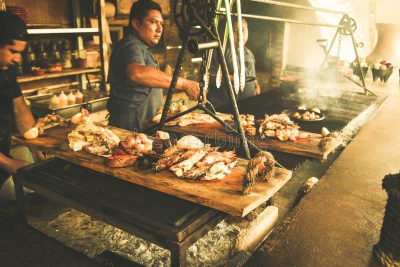 Cocinero que cocina fresco al aire libre de los pescados fotos de archivo libres de regalías