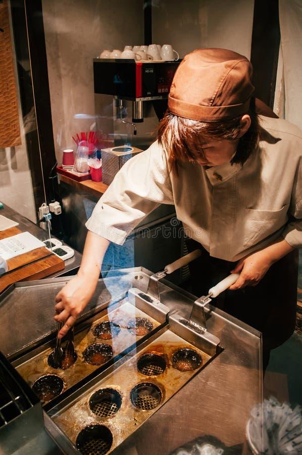 Cocinero que cocina la haba roja frita Manju - bollos de Baozi del japonés - Matsum foto de archivo libre de regalías