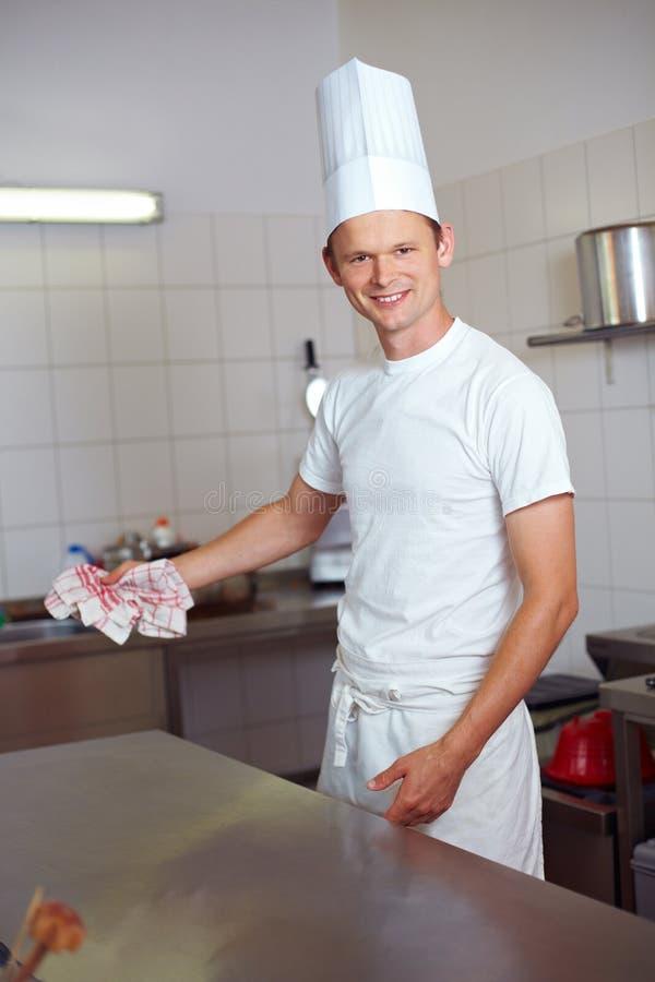 Cocinero que limpia la cocina fotografía de archivo