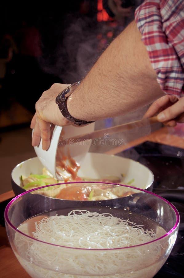 Cocinero que prepara el alimento foto de archivo libre de regalías