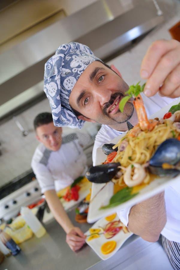 Cocinero que prepara el alimento foto de archivo