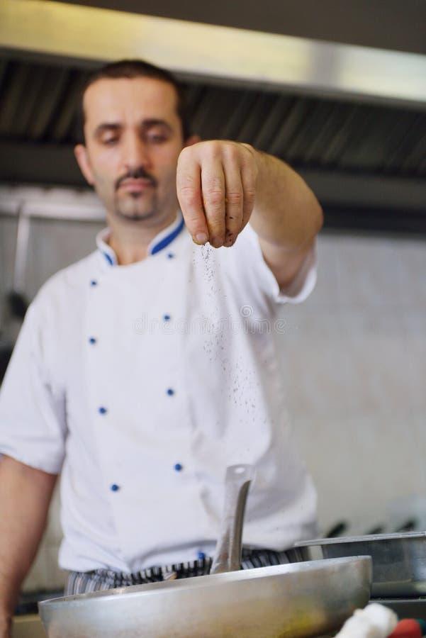 Cocinero que prepara el alimento fotos de archivo libres de regalías