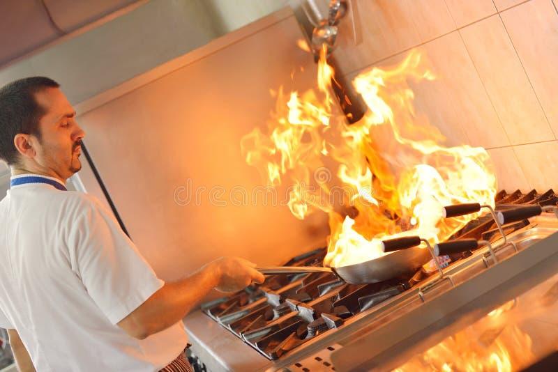 Cocinero que prepara el alimento imagen de archivo
