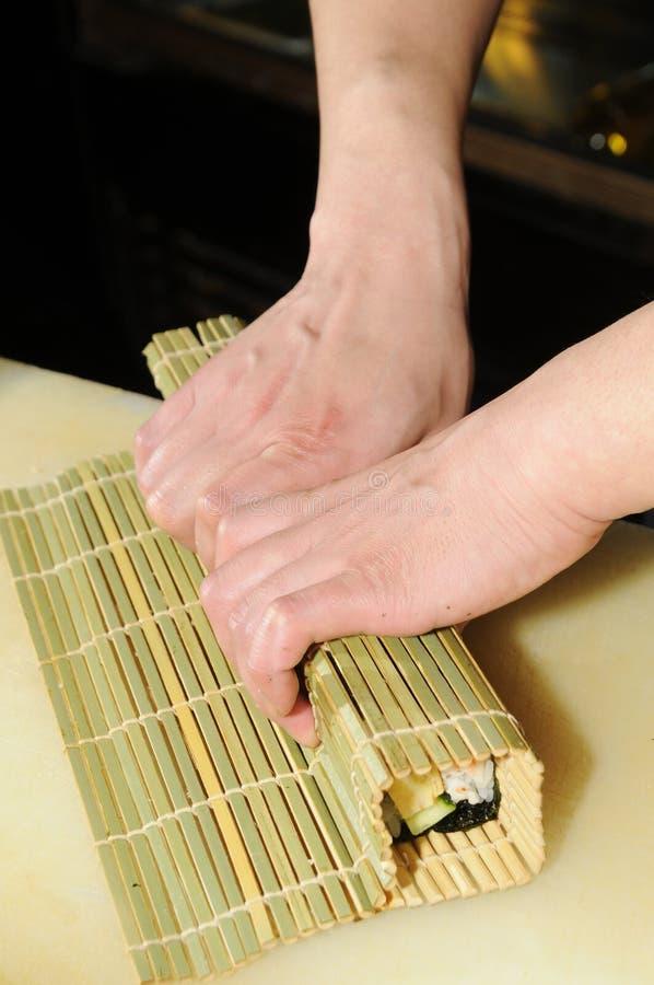 Cocinero que prepara el sushi imagen de archivo