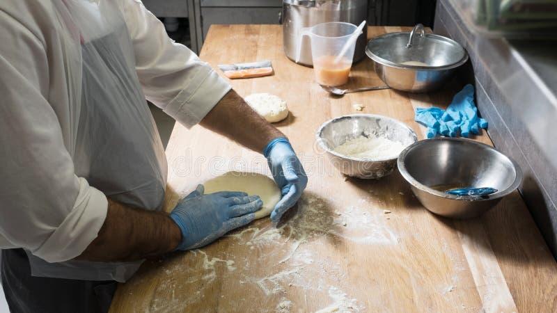 Cocinero que prepara la cocina georgiana del khachapuri foto de archivo