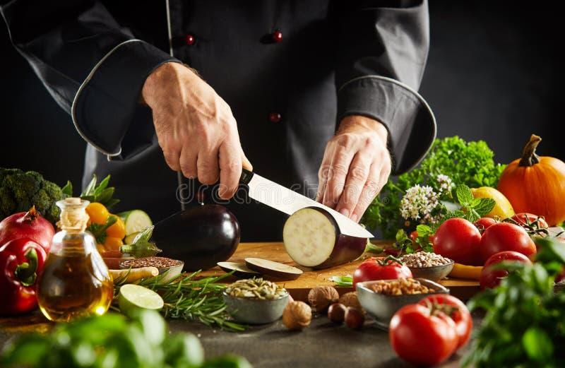 Cocinero que prepara la cocina vegetariana sana imágenes de archivo libres de regalías