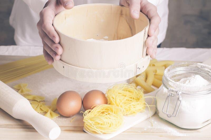 Cocinero que prepara la pasta de las pastas foto de archivo