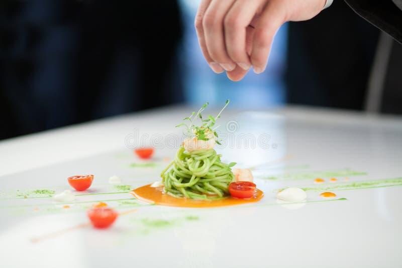 Cocinero que prepara un plato de las pastas imagen de archivo libre de regalías