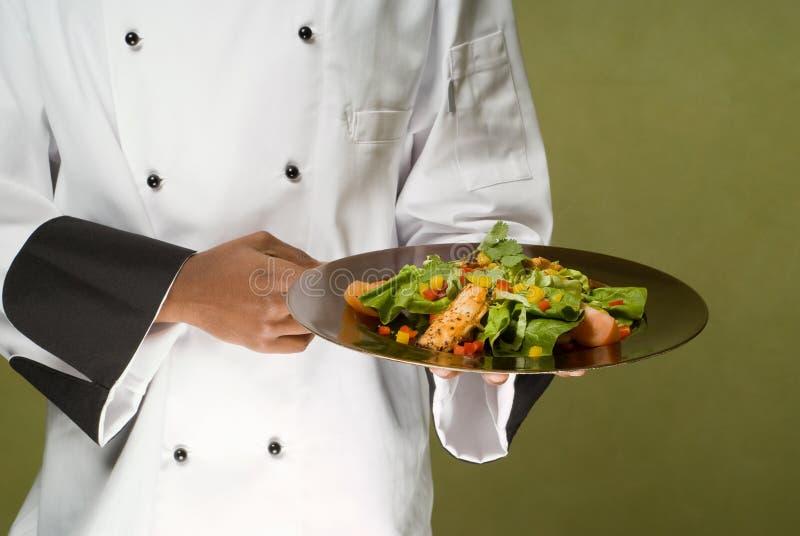 Cocinero que presenta la ensalada de pollo sana fotos de archivo