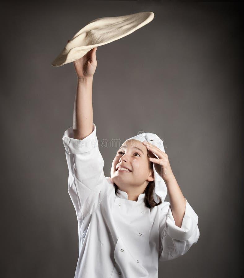 Cocinero que trabaja la pasta imagen de archivo