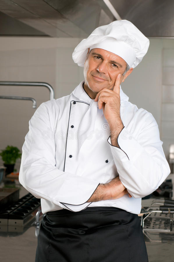 Cocinero sonriente en el restaurante imagenes de archivo
