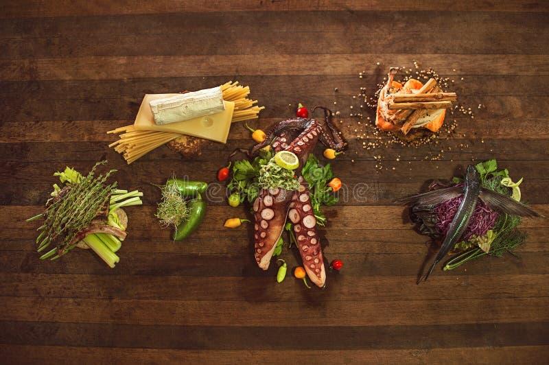 Cocinero Table Raw Food imagen de archivo libre de regalías