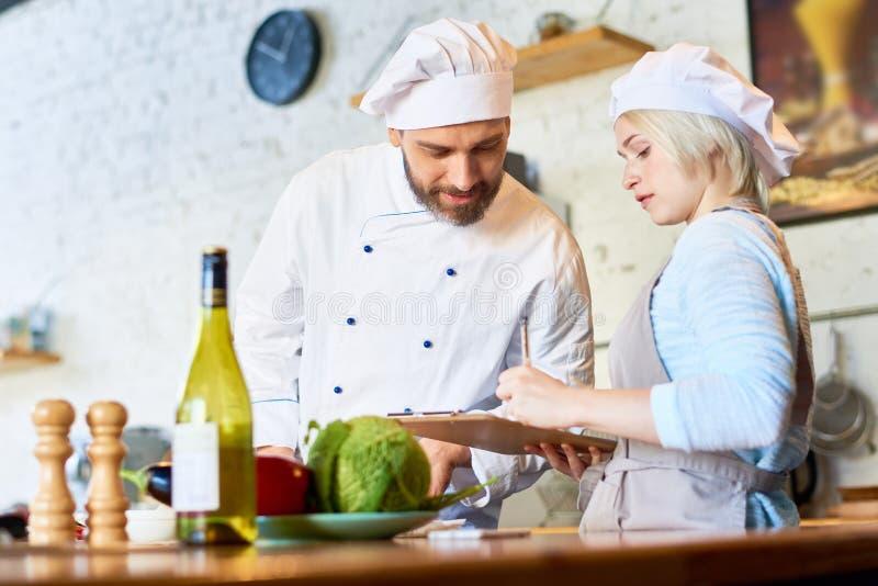 Cocinero Working en cocina del café imagen de archivo