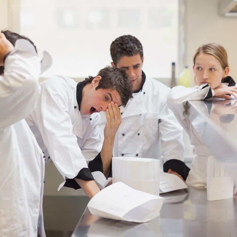 Cocineros cansados imagenes de archivo