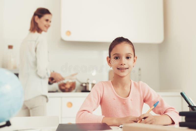 Cocineros de la madre en cocina La hija hace la preparación imagen de archivo libre de regalías