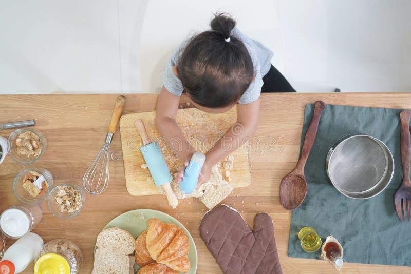 Cocineros de la niña de la visión superior imagenes de archivo