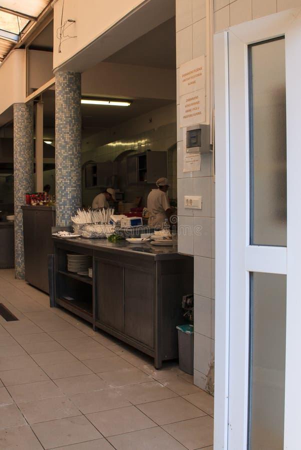 Cocineros que trabajan en la cocina imagenes de archivo