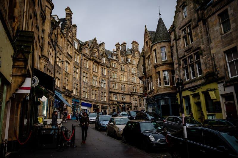 Cockburn gata en medeltida gata i Edinburg som förbinder till den kungliga mil populär turist- dragning och shopping royaltyfri foto
