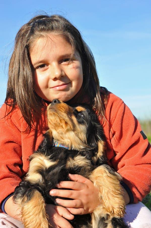 Cocker e bambino inglesi del cucciolo immagine stock libera da diritti