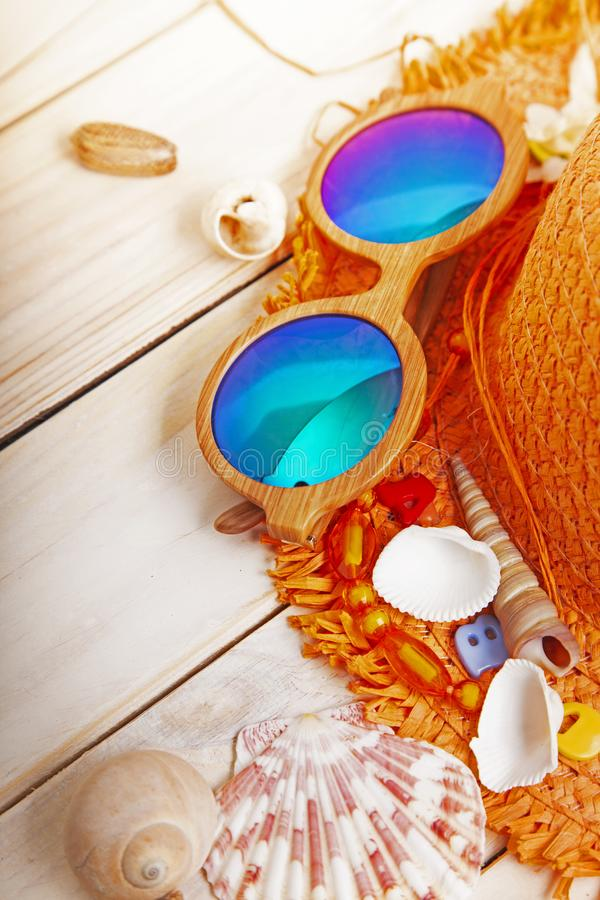 Cockleshells do chapéu dos vidros dos acessórios da praia fotografia de stock