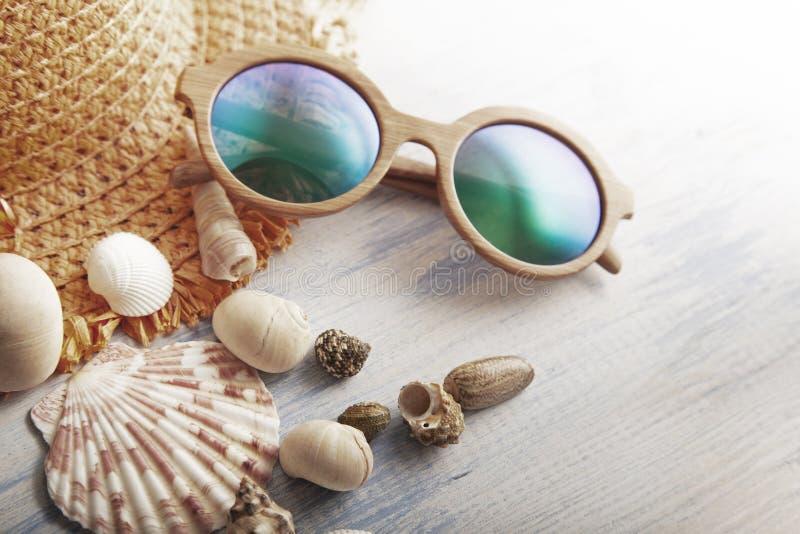 Cockleshells do chapéu dos vidros dos acessórios da praia imagem de stock royalty free