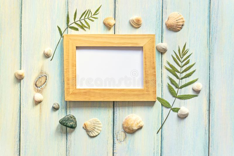 Cockleshells, folhas secadas, seixos, quadro em um fundo de madeira do vintage Configuração lisa, vista superior, espaço da cópia foto de stock royalty free