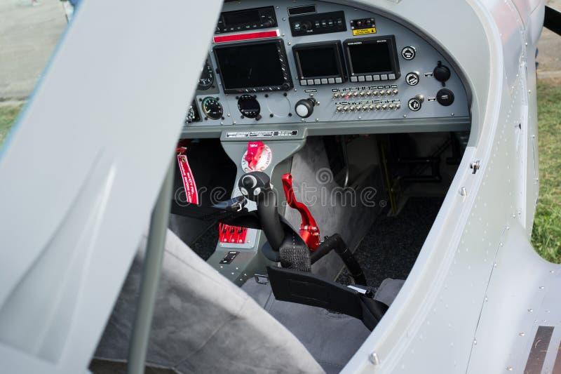 Cockpit av det lilla sport-ljus flygplanet royaltyfri bild